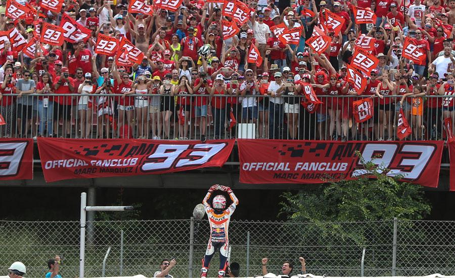 marc-marquez-celebra-una-victoria-con-los-fans-en-las-gradas