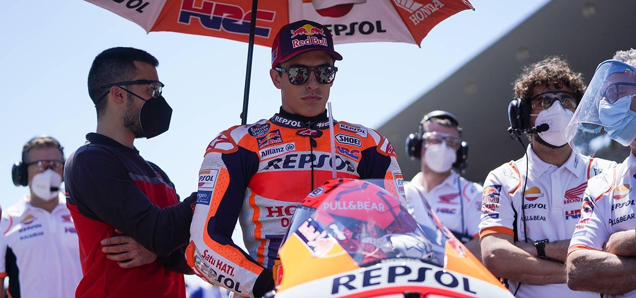 Marc Márquez en su moto en la parrilla de un GP