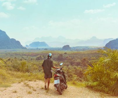 Motero admira el paisaje de su destino de vacaciones