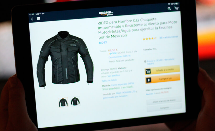 motero-comprando-con-ipad-chaqueta-moto