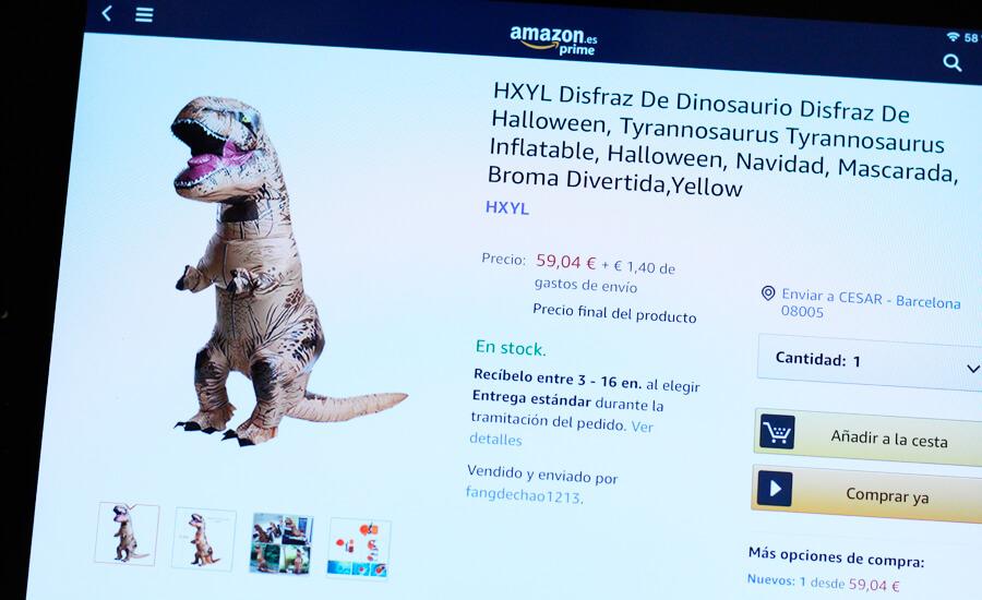 motero-comprando-con-ipad-disfraz-dinosaurio