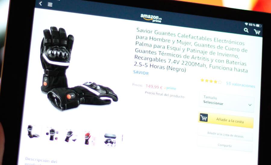 motero-comprando-con-ipad-guantes-calefactables