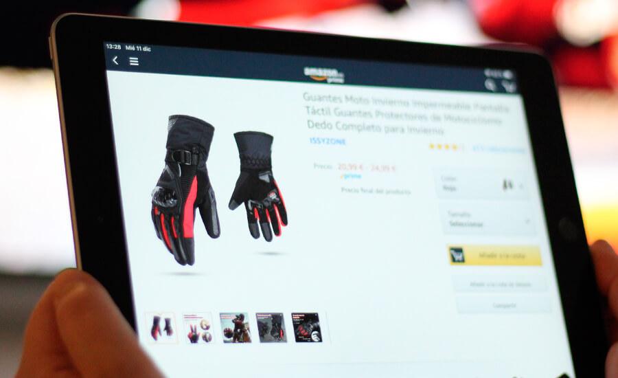 motero-comprando-con-ipad-guantes-invierno