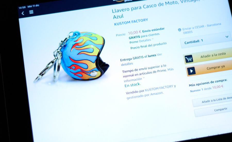 motero-comprando-con-ipad-llavero-casco