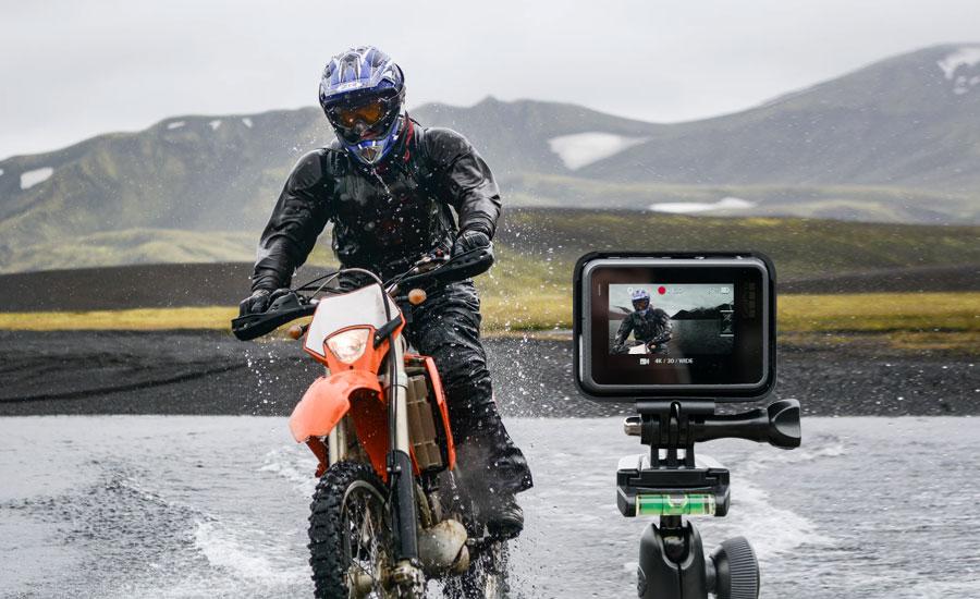 motorista es grabado con una go pro mientras hace motocross