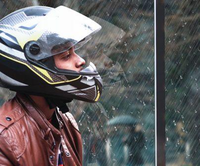 motero mira por la ventana un dia lluvioso