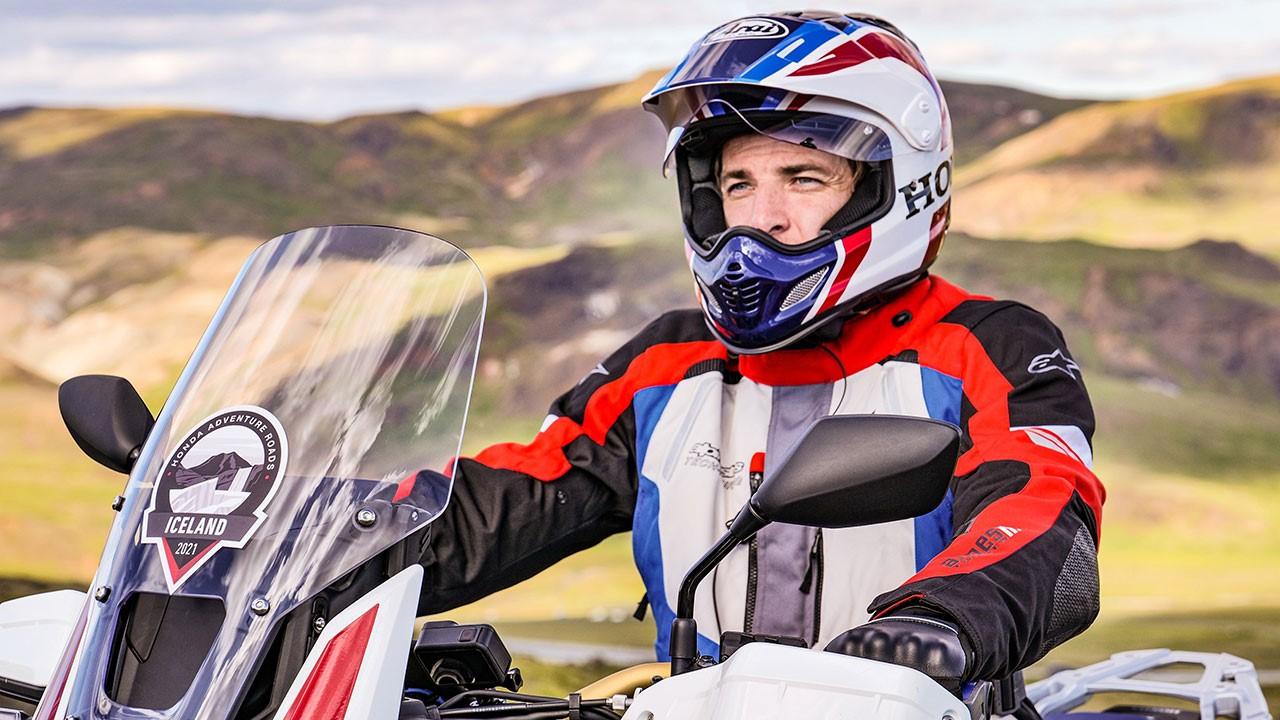 Motero preparado para combatir el frío en moto