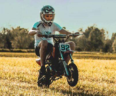 motero sentado de forma correcta en su minimoto