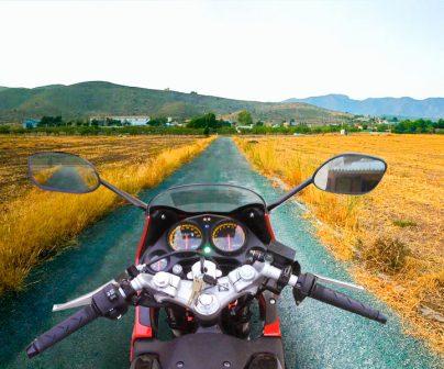 motero cruzando fronteras con su moto mientras viaja