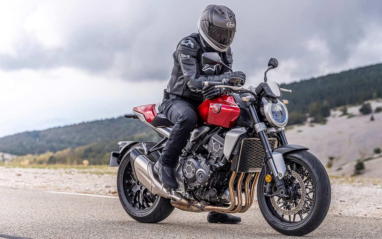 motero con equipamiento para montar en moto