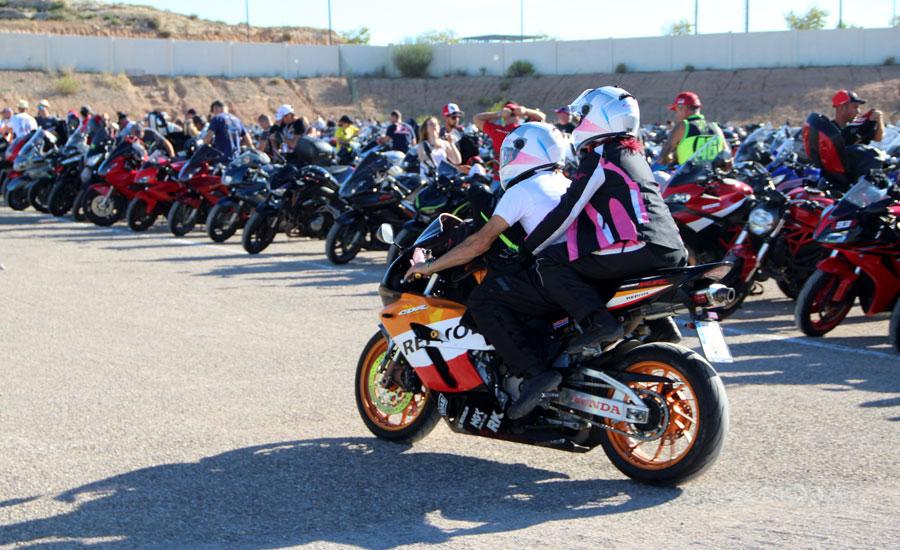 moteros llegando al párking de motos de motorland aragón
