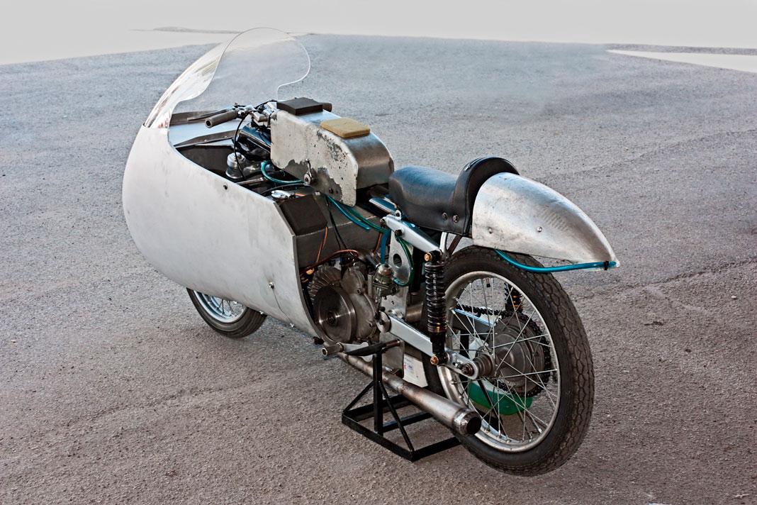 Moto cásica con carenado aerodinámico