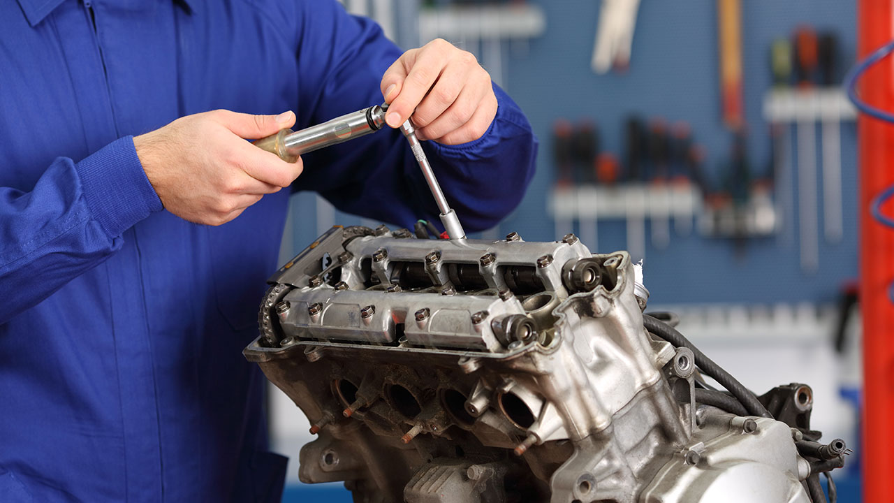 Mecánico reparando averías en un motor
