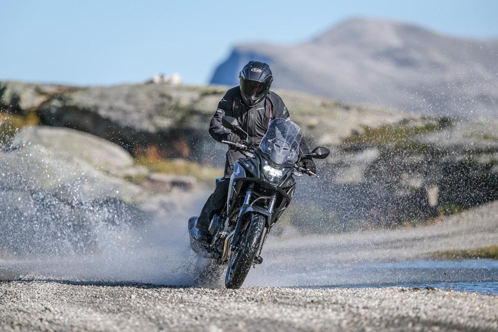 Motorista levantando gravilla y agua