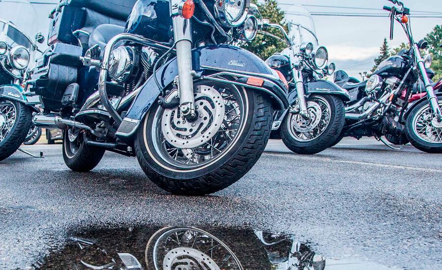motos-aparcadas-reflejadas-en-charco-de-lluvia
