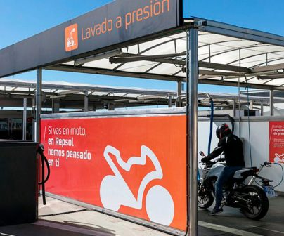 puesto para lavar una moto en una estación de servicio Repsol