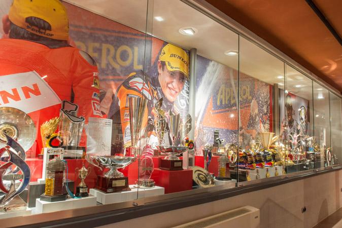Vitrina con trofeos de Marc en Museo de Marc Márquez en Cervera
