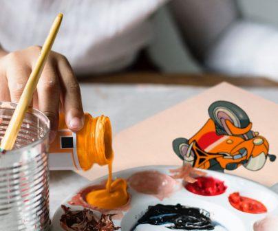 Niña Dibujando y pintando una moto Respsol Honda