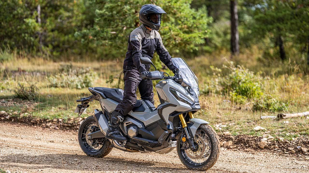 Motero sobre una Honda X-ADV con equipamiento para ir en moto