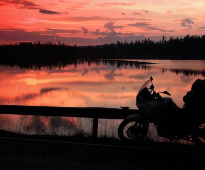 Moto touring en lago