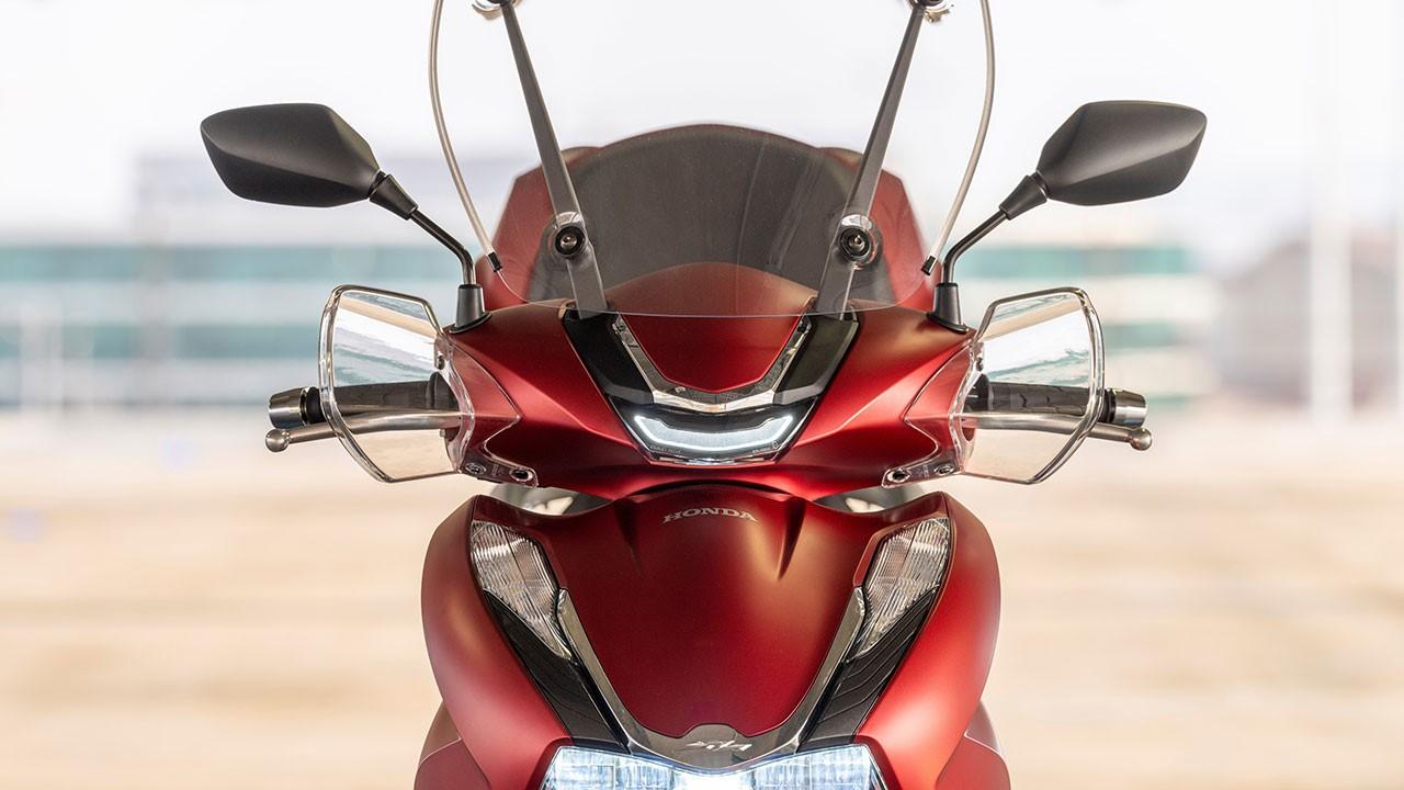 Moto con pantallas aerodinámicas para evitar el frío en moto
