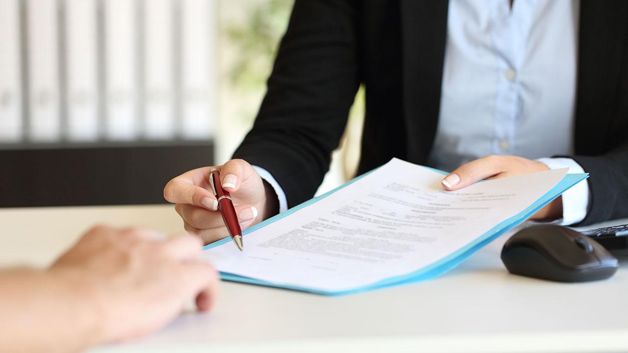 Firmando papeleo de seguros para moto