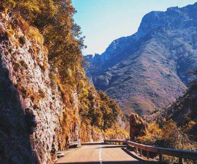 carretera de montaña para rutas en moto en primavera
