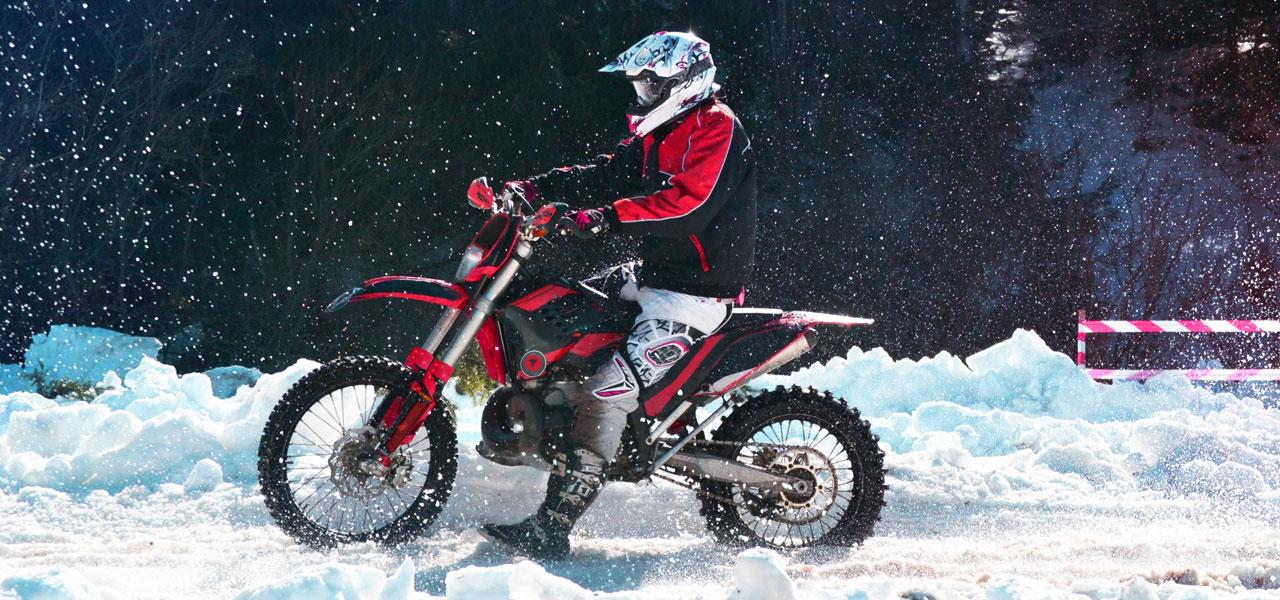 Así son las carreras de moto sobre nieve
