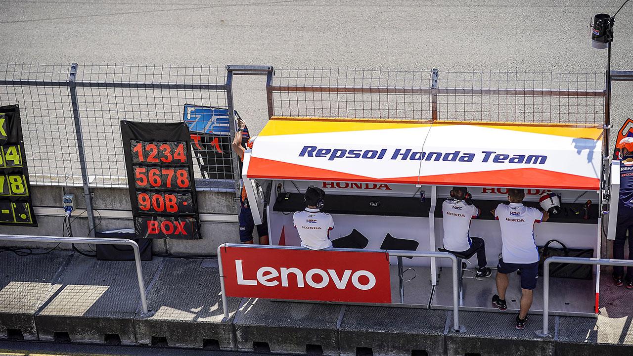 El puesto del Equipo Repsol Honda en el pitlane del circuito de Brno