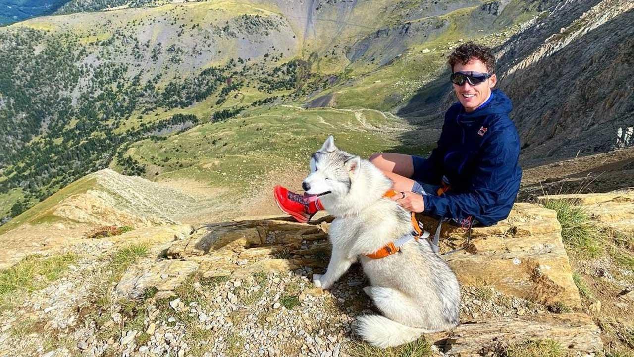 Pol entrenando en la montaña con su perro