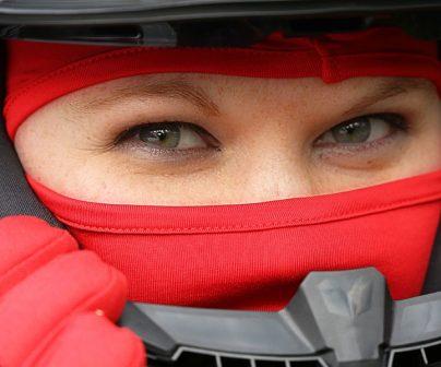 motera con equipamiento para combatir el frío en moto
