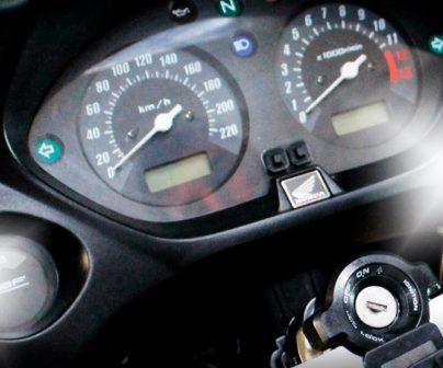 Detalle cuentakilómetros de moto