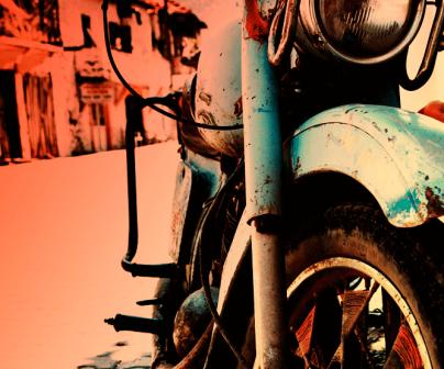 Detalle de moto muy oxidada