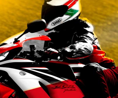 Motorista en moto Honda CBR, en una composición con mucho contraste