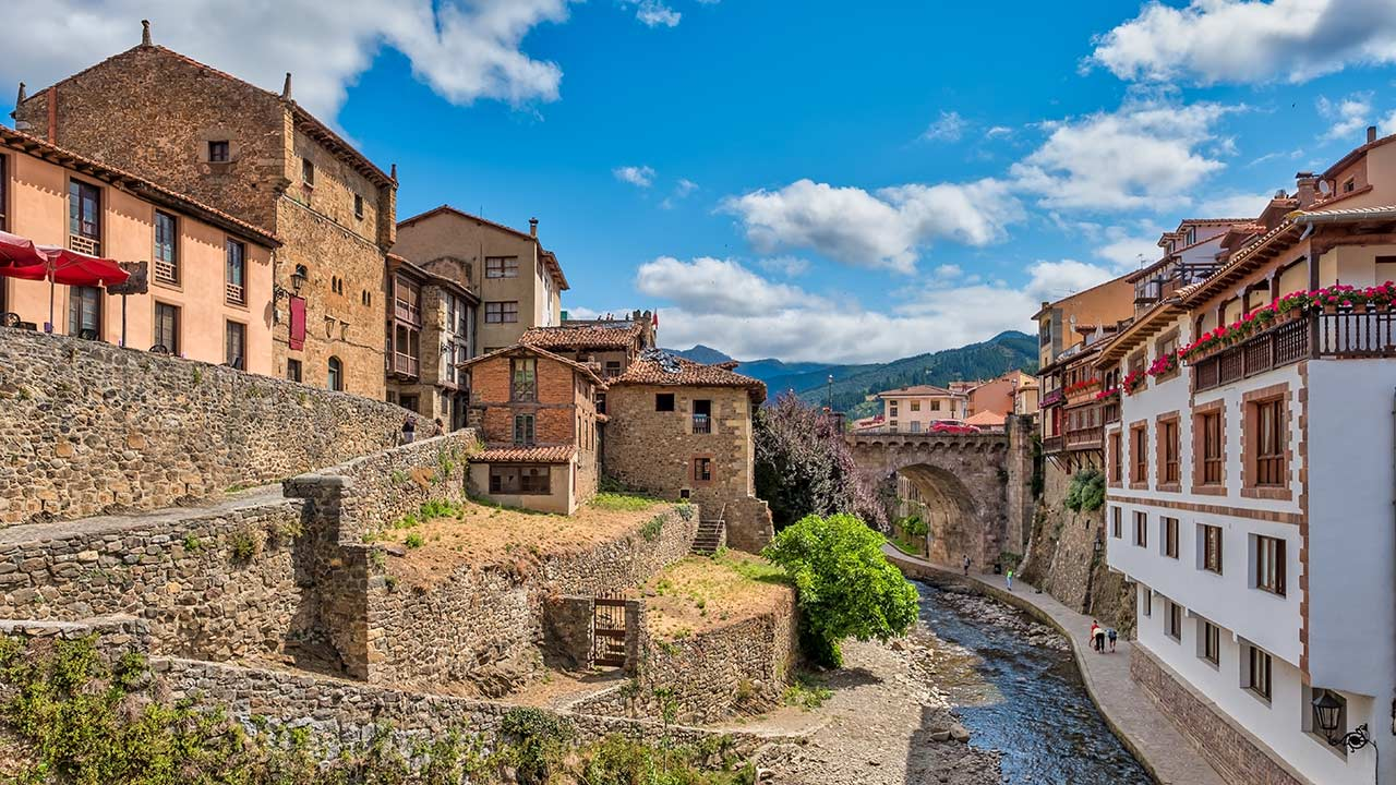 Calles de Potes donde se ve el río y uno de los puentes