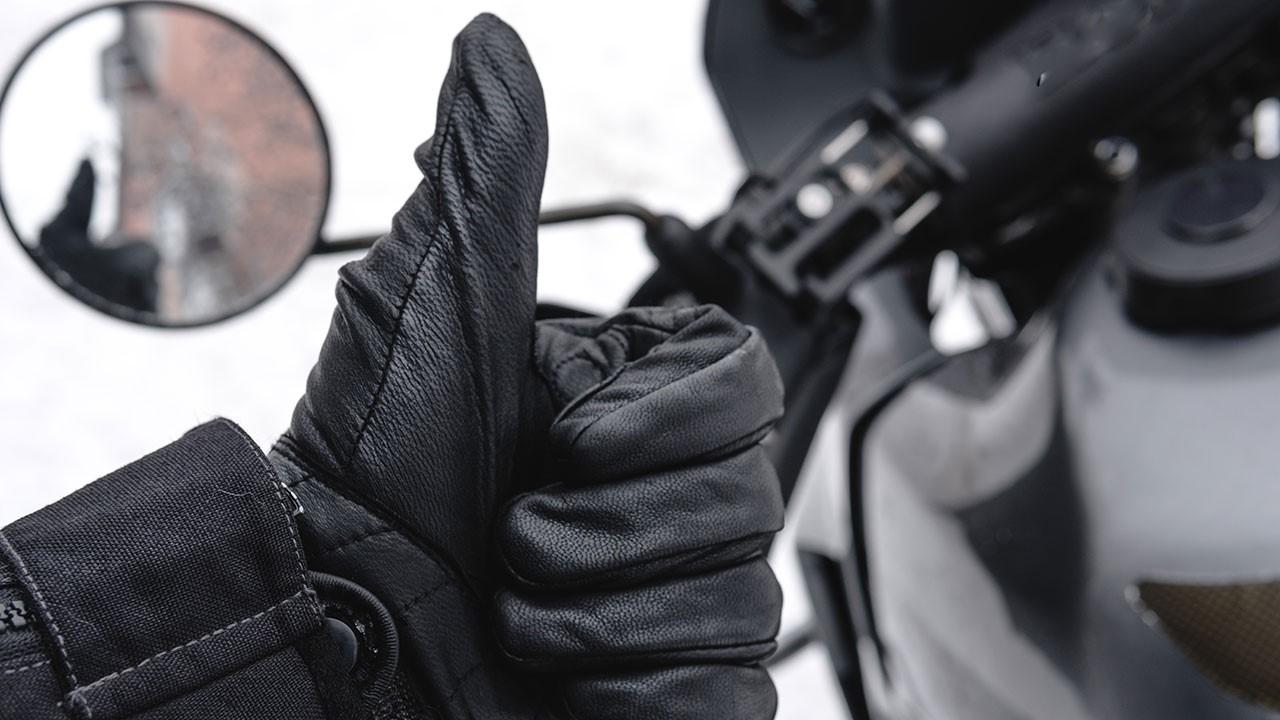 Motero haciendo el gesto de OK con un guante de invierno