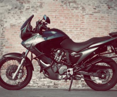Moto deportiva negra