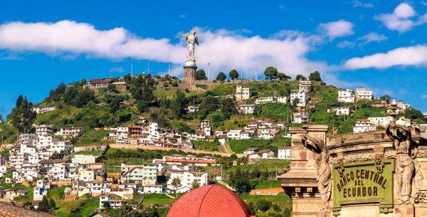 Vista de un monumento en Quito, Ecuador