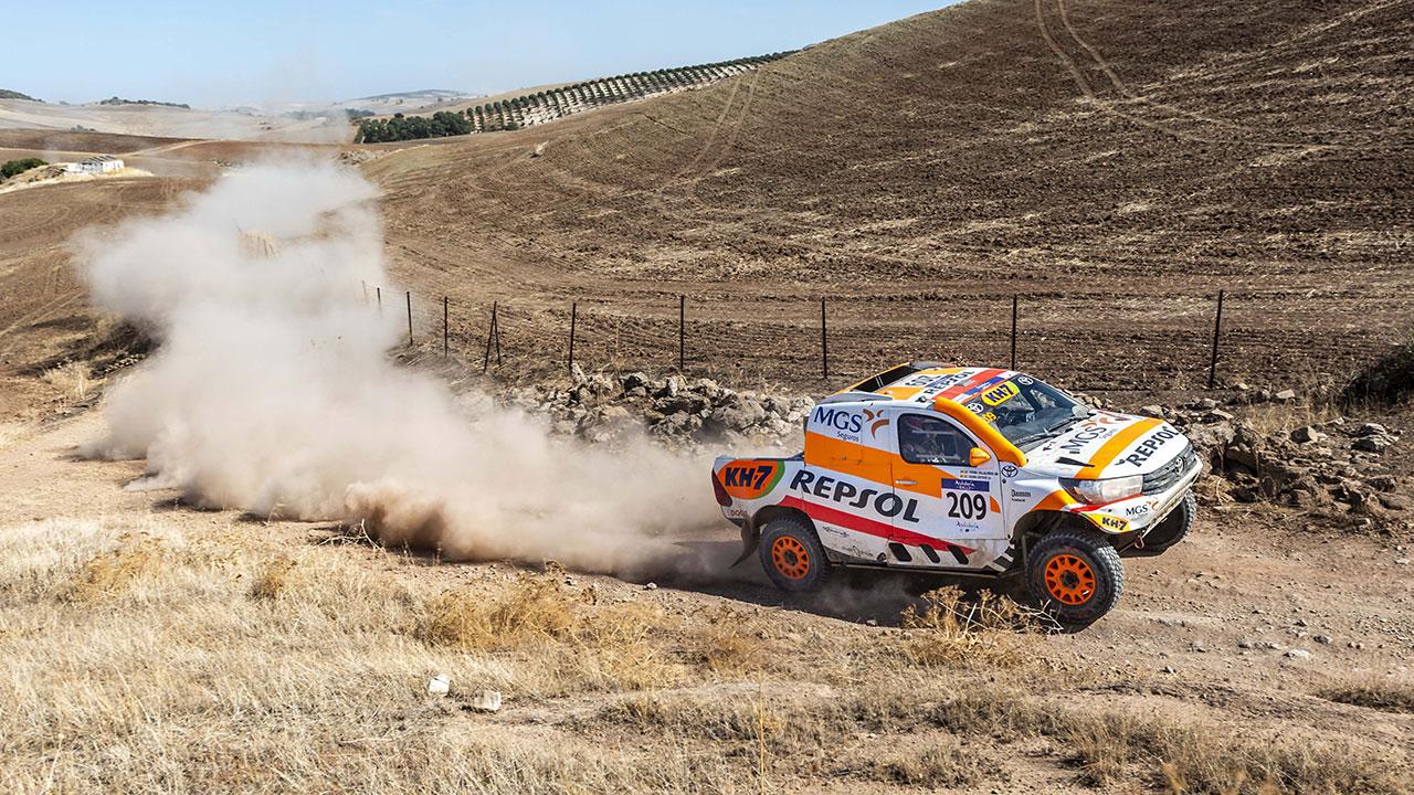 Isidre Esteve pilotando su nuevo Toyota Hilux en el Andalucía Rally