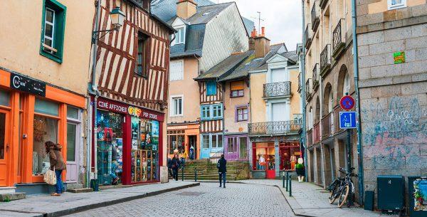 Calle del casco viejo de Rennes en Francia