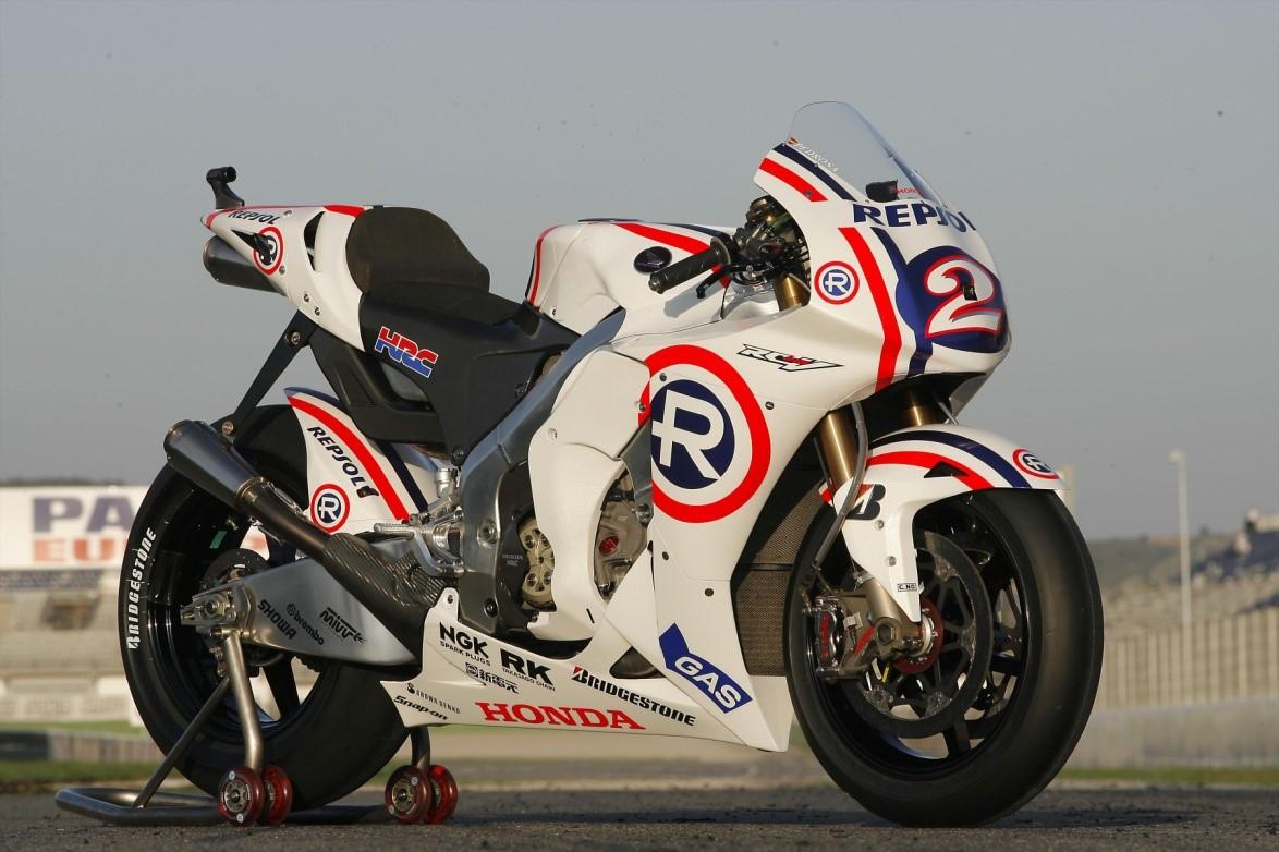 Diseño vintage de la moto del equipo Repsol Honda en 2008
