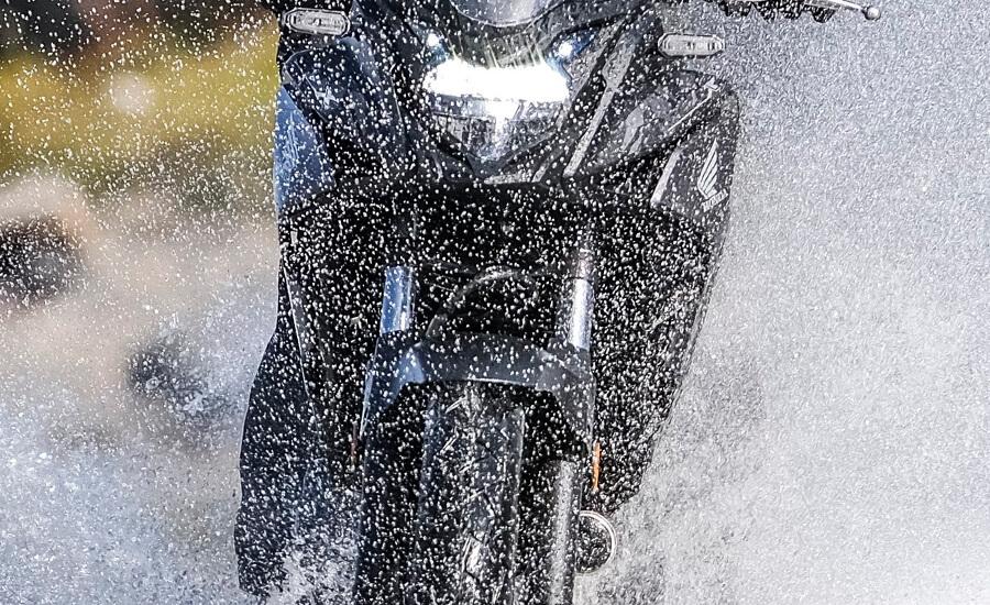 rodando-en-moto-con-lluvia