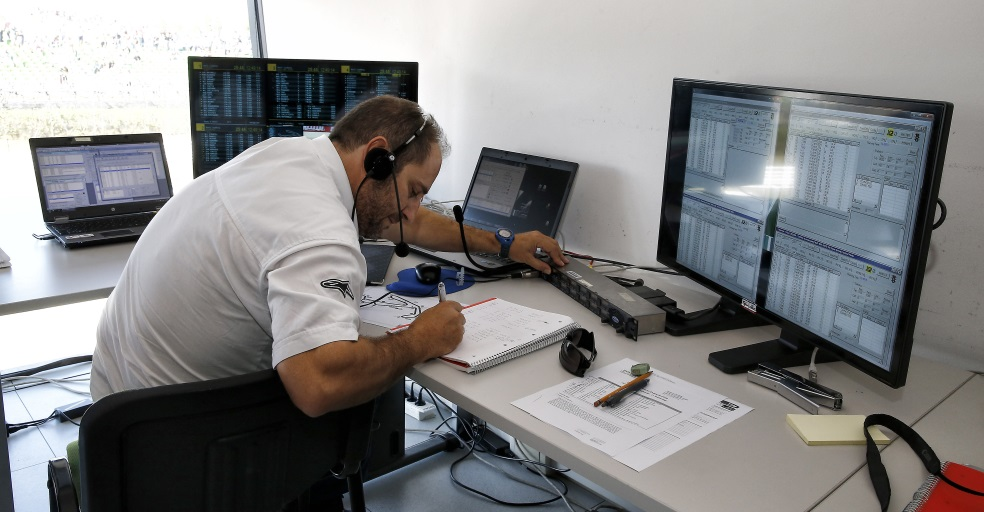 Técnico de cronometraje apuntando tiempos en la sala de cronometraje