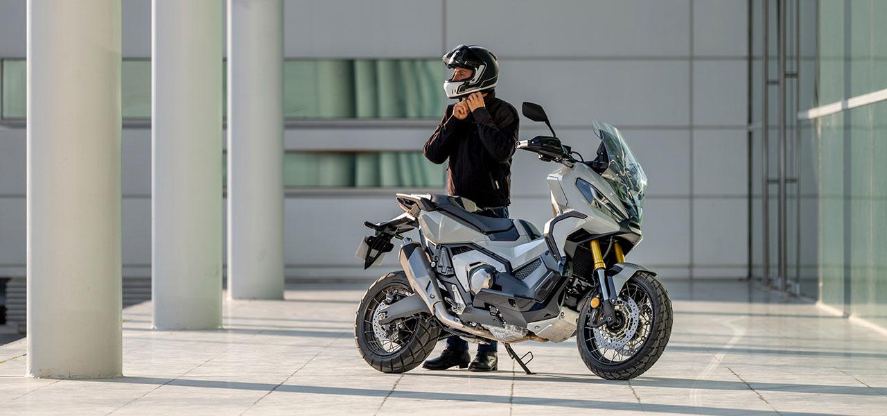 Motero preparado para salir con su Honda