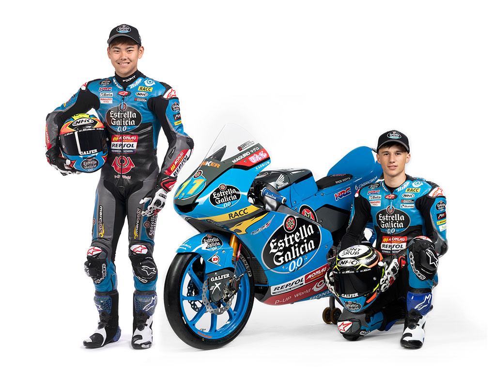Sergio García y Ryusei Yamanaka pilotos del Mundial de Moto3 junto a una moto