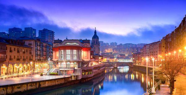Vista de la ria de Bilbao pasando por la ciudad