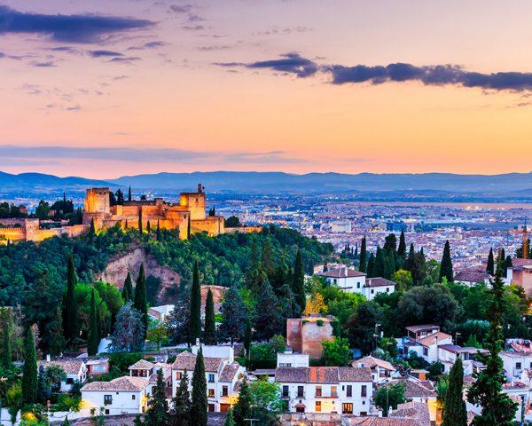 Vista de la ciudad de Granada con castillo