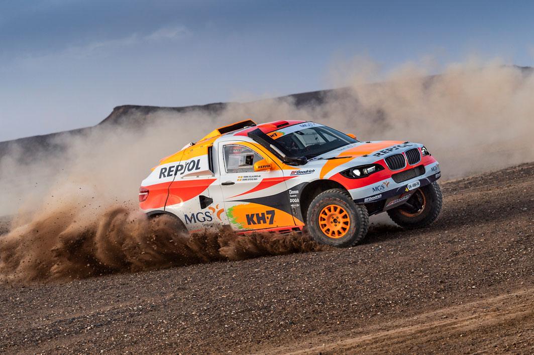 Coche del Repsol Rally team rodando