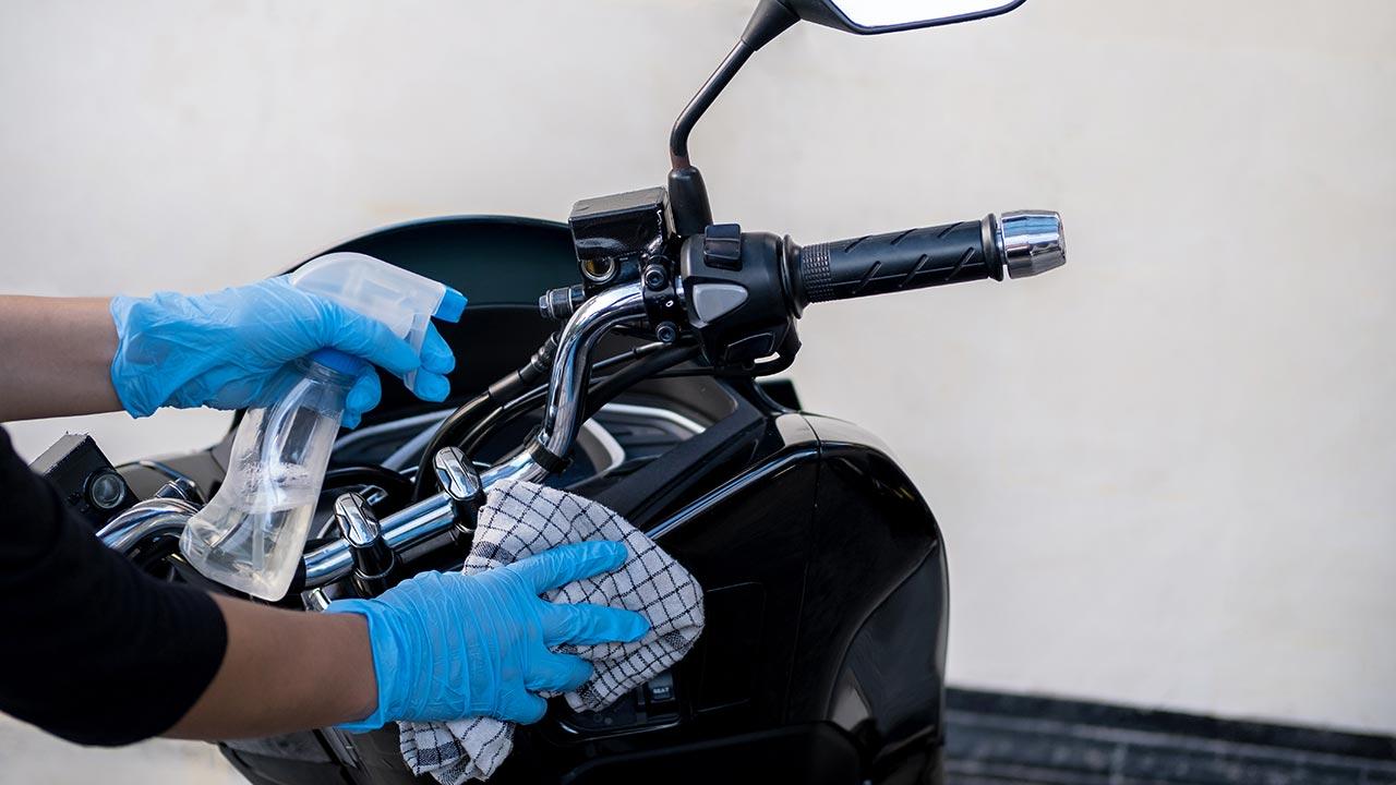 cómo lavar una moto, gamuza y spray con agua jabonosa
