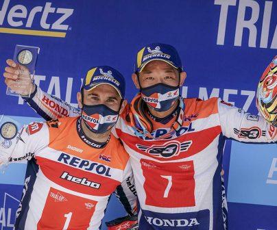 Takahisa Fujinami y Toni Bou en el podio del TrialGP de Italia 2021